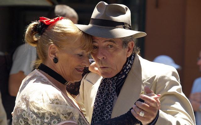 Seniorer som dansar och lever livet. Kanske med pengar från seniorlån?