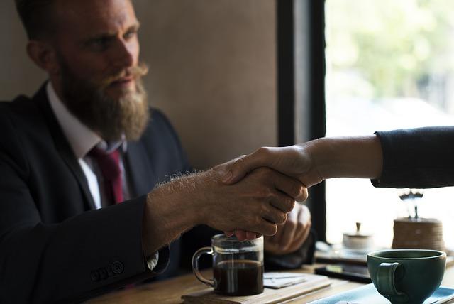 Företagare som skakar hand med långivare