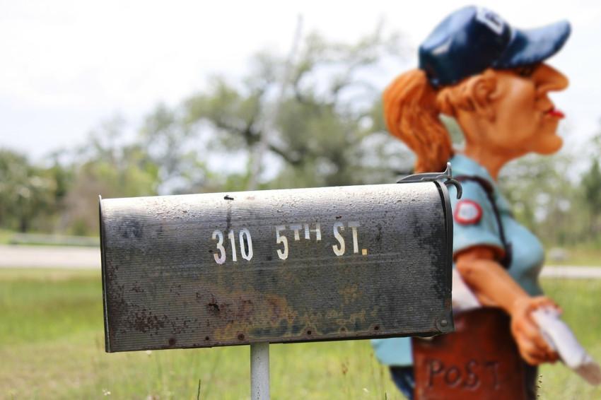 grå postlåda, brevbärare med räkning, får du betala aviseringsavgift?